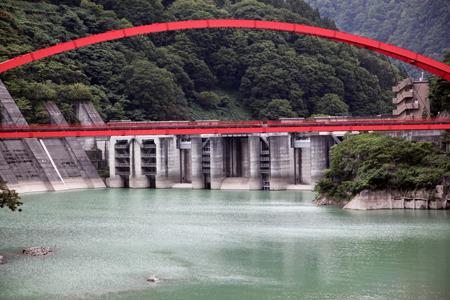 まずダムと橋が見えてくる