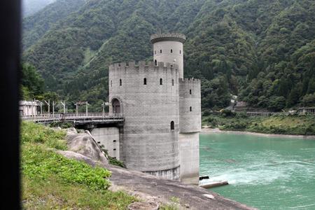 湖畔にヨーロッパのお城風の建物