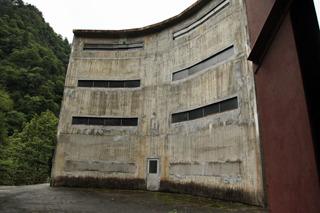 でもダムのまわりの建物は