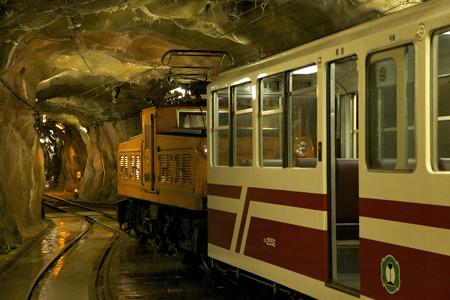 スイッチバックして広いトンネル内で停まった
