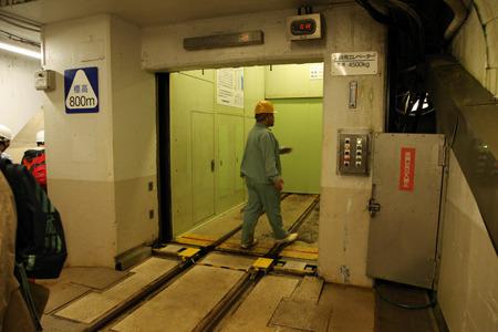 線路がエレベーターの中に!