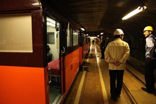 客車も窓が小さくて特殊な感じ