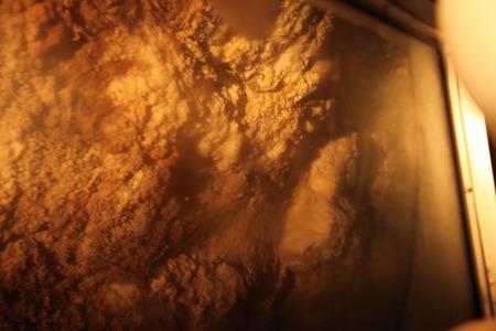 トンネルの壁には硫黄が付着していた