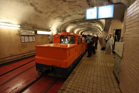 きれいな地下駅に業務用の列車がなんだかミスマッチ