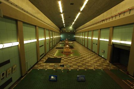 体育館のような発電所の空間