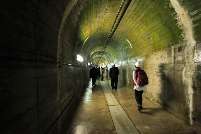 ダム近くの岩盤の中のトンネルを進む