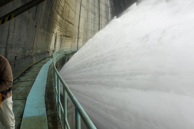 すぐ横のバルブから勢いよく水が吹き出している