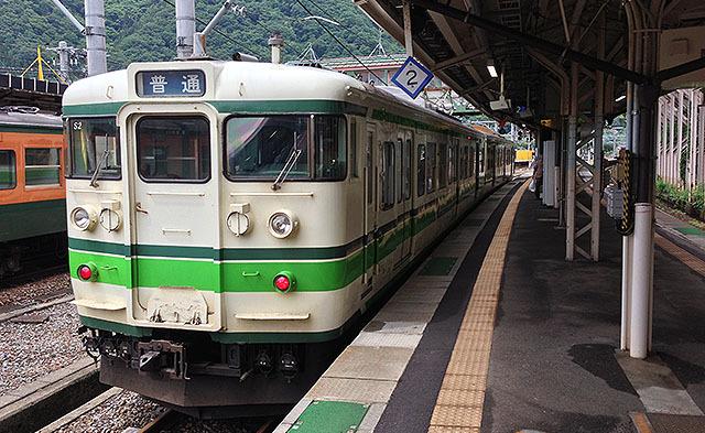 その筋では有名なキムワイプ115系である(多分)。新潟に行く途中で乗った。
