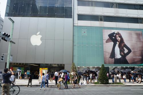 iPhone5S、5cが発売されたばかりで銀座のAppleストアには貸し出された大きな黒い日傘を持った人たちで行列が