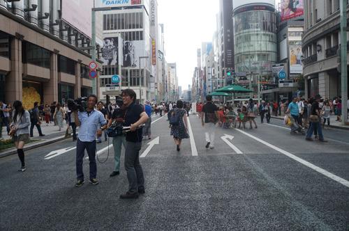銀座の歩行者天国には「撮影」をしている人が本当にいっぱいいるのですな。テレビクルーが2組、ラジオなのかな? 録音機材を持っている人も