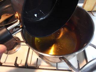 急遽、一番大きな鍋に油を移し替えた。