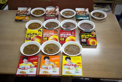 各種類、各辛さを温めて皿に出してみた。味の違いがわかるのか、早速食べ比べてみる。
