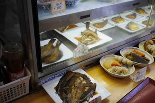 充実のおかずメニューは奥さん手作り。漁港が近くて煮魚がうまい
