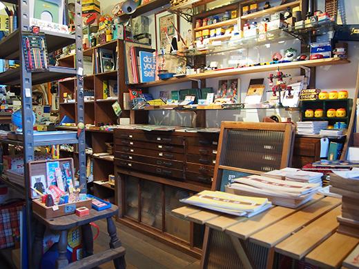 店内は明治から昭和にかけての古文具がギッシリ。