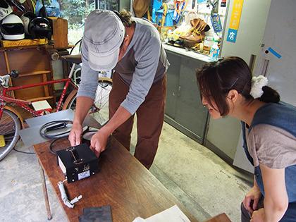 セッティングする中村さんと、なんとなく離れて見ている栗原先生。