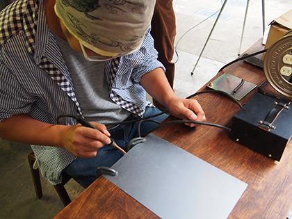 下敷きに収まらないサイズの鉄板は、端子を直結すればOK。