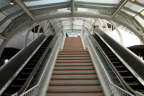 階段とエスカレーターで上層へと向かう