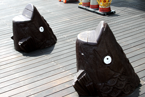 ひょうきんな魚の形をしたベンチも置かれている