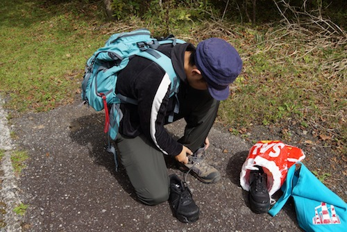 あまりもの緩斜面で下山靴がつらすぎて一旦登山靴にチェンジ。