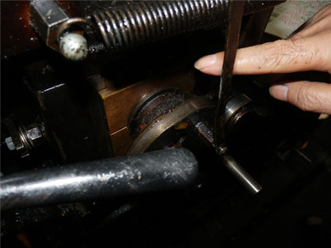 最近交換したハンドルの真鍮部分。修理業者もかろうじて残っている