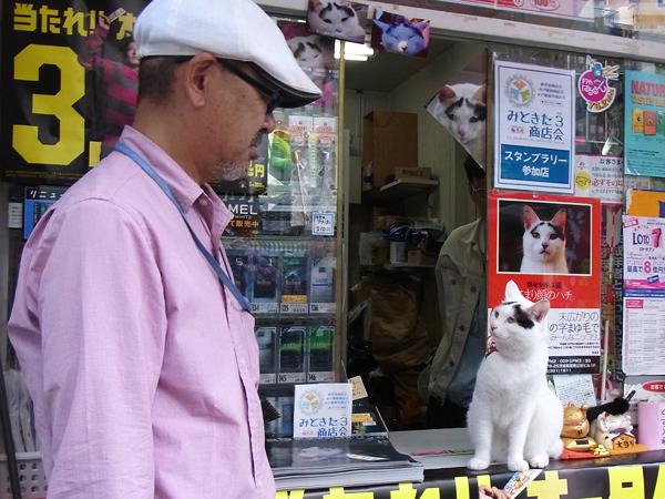飼い主の前田さんとハチ。眉毛があると表情豊かに見えるね