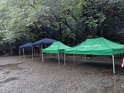前日準備は雨の中行われる。当日降らなければよし!