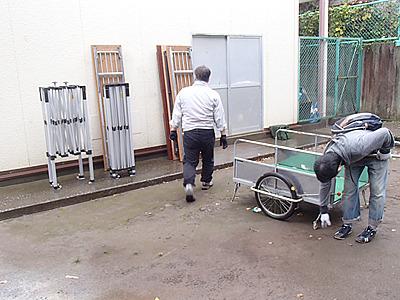 町会から借りた机やテントは町会長に立ち会っていただき倉庫から運び出す。