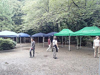 開催日には雨もあがる。実行委員メンバーとボランティアスタッフも加わり設営。