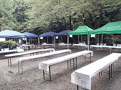 本当は中央の飲食スペースにもテントを張りたかったが、予算がなく断念。雨だったら大変だった。