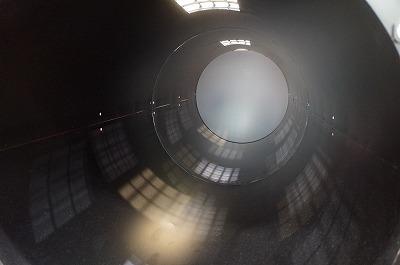 中は外光が反射して、宇宙空母から宇宙船が出ていく通路みたいになっているが、実際はただのツルツルした金属の筒。
