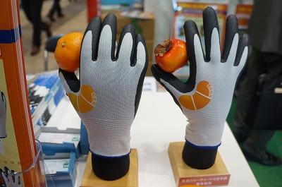 柿、ミカンそれぞれの専用収穫手袋。カラーチャート付きで収穫すべき実が見分けられる