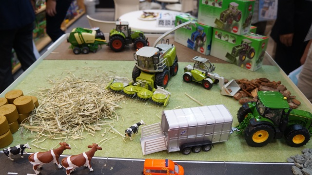 農業用車両のミニカー。かわいい!