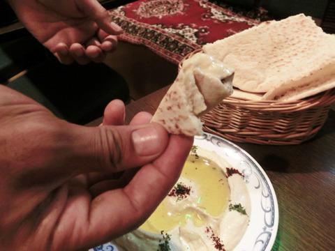 焼き立てのピタパンにつけて食べる