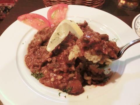 こちらも人気メニューの「バーミヤ」。サフランライスの上にオクラのトマト煮をかけたもの。オクラの粘りが食欲をそそる