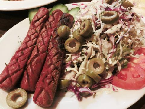 チキンのソーセージも、豚肉を食べないムスリムではポピュラーな料理。肉がしっかり詰まった食べ応えのあるソーセージだ。スパイスはほんのり利かせる程度。とにかく肉のうま味が濃い。