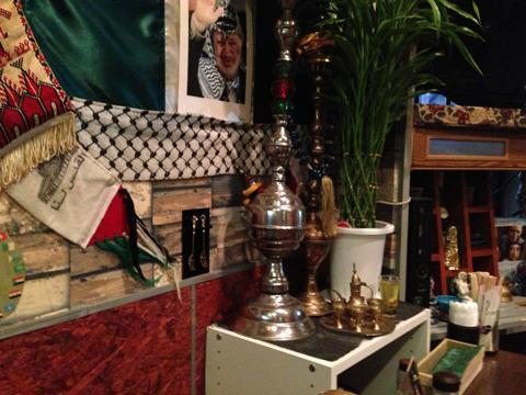お腹もふくれてきたところで、改めて店内を見渡す。所狭しと置かれたアラブの調度品を眺めるのもけっこう楽しい。