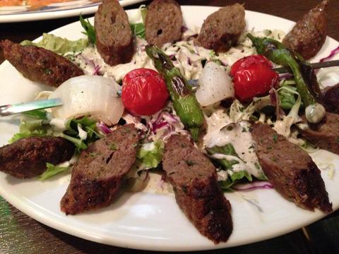 最後にガツンとした肉料理を。こちらの「シシケバブ」も、パレスチナのお母さんがよく作ってくれたメニューなのだとか。人んちの実家の味を思う存分堪能