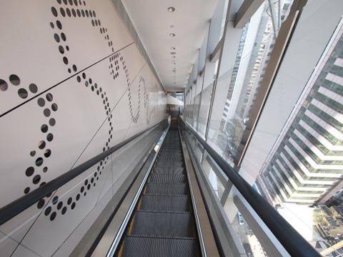 下りは12階から。外が丸見えでエスカレーターしかない狭い空間に大興奮である。たぶん、香港には高所恐怖症のひととかいないんだろうと思う。