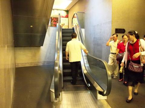 だから、その微妙な角度でわざわざエスカレーターにするのかね。そうかね。日本で言うと日比谷線の地下鉄出口がこうなってるところを想像してください。