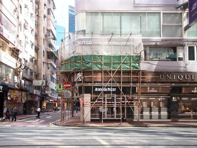 竹をぎゅっと紐でゆわえて組み上げる職人技。