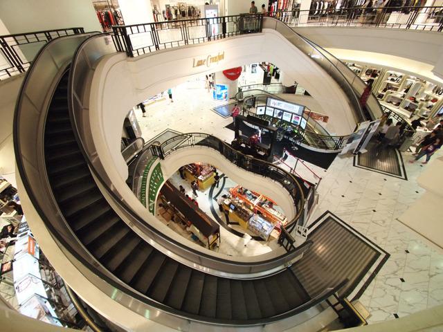 香港タイムズスクエアに納入されているスパイラルエスカレーター。オーバル型の吹き抜け空間にぴったり合わせた形で、地下から2階まで、上下2基ずつシンメトリーに設置されている。