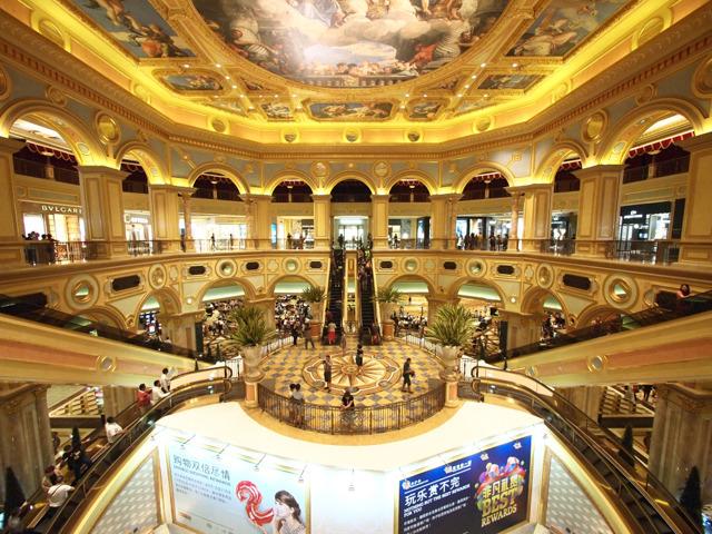 ちなみに、香港から船で片道60分ほどの島、マカオのカジノにも、スパイラルエスカレーターがある(ヴェネツィアン・マカオ)