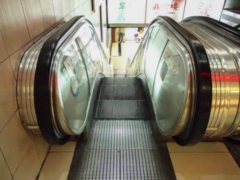 日本でも珍しい、三菱製の部分照明タイプも健在。日本メーカーは、三菱、日立、東芝、フジテックとメジャーどころはすべて進出を確認した。皆さんがんばっていらっしゃるなー。