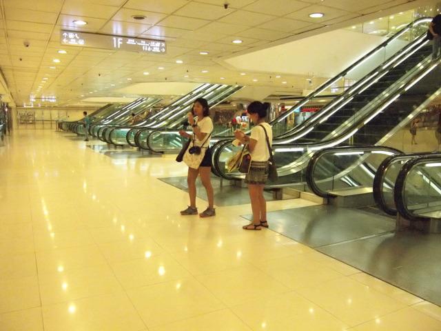 日本だと有楽町マリオンに鏡をつかって同じように無限エスカレーターにしたところがある(http://www.tokyo-esca.com/esca/2009/09/001.html)が、ここ、鏡じゃない。リアル無限エスカレーターなのだ。ぐふぅ。第3位。