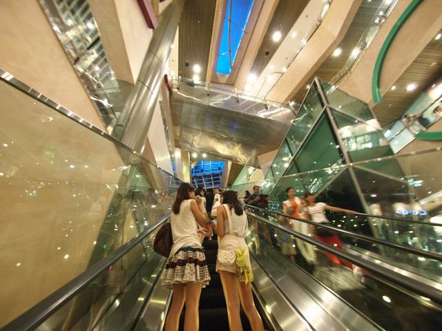 4階から超ロングエスカレーターを上った先の7階から、さらに同じぐらい長いエスカレーターがのびてゆくのだ。