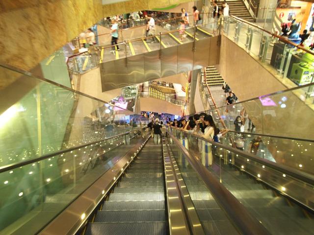 下りは想像したとおりのかなりの絶景。囲いも東京芸術劇場と違って足下までガラスでばっちり見えるようになっている。香港にはやっぱり高所恐怖症のひととかいないんだとおもう。