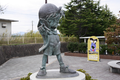 銅像ならではの悲愴な感じが名探偵コナン像にもよく出ている