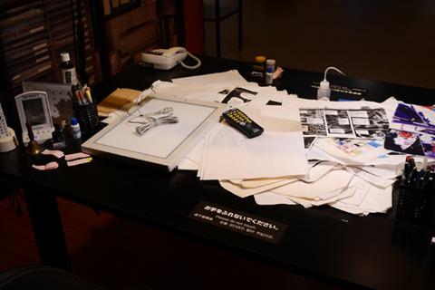おっちゃんのちらかった机を展示している。ファンでないこの違和感はけっこうたのしめる。