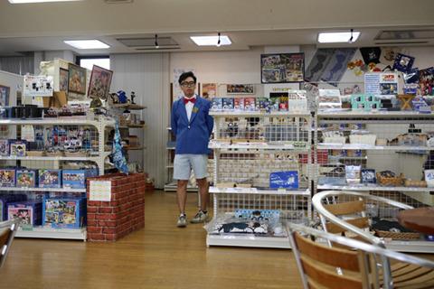 コナンの格好でコナングッズ売り場を視察するのはなかなかの「私のグッズ売り、ごくろうさん」感