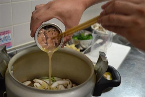 サバの水煮を汁ごと投入